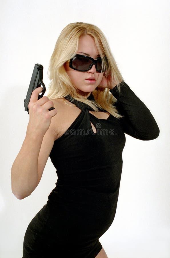Sterke vrouw met zwart kanon royalty-vrije stock afbeeldingen