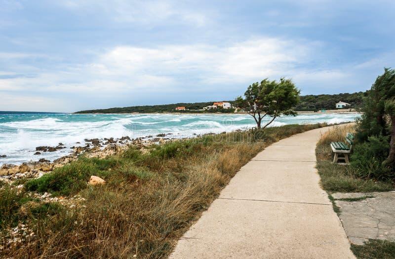 Sterke wind, overzeese golven en de kust of het strand royalty-vrije stock afbeelding