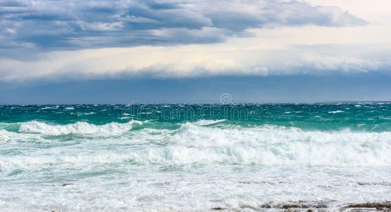 Sterke wind, overzeese golven en de kust of het strand stock afbeeldingen