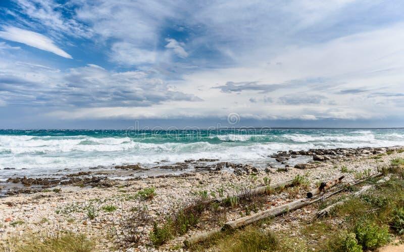 Sterke wind, overzeese golven en de kust of het strand stock foto
