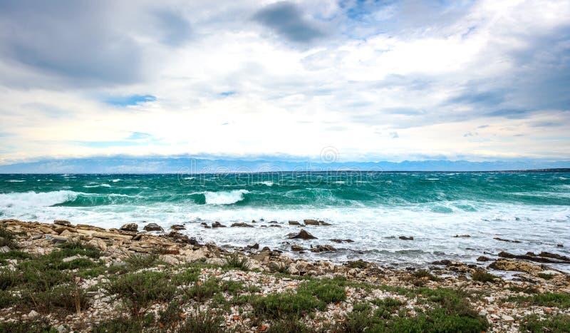Sterke wind, overzeese golven en de kust of het strand stock fotografie