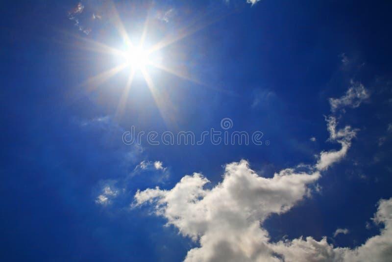 Sterke zon en mooie wolken royalty-vrije stock foto