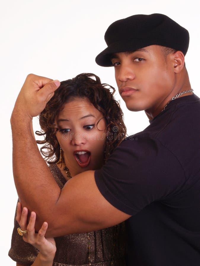Sterke Zwarte Man die bicepsen toont aan vrouw royalty-vrije stock fotografie