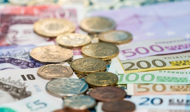 Sterling и банкноты и монетки евро стоковые изображения