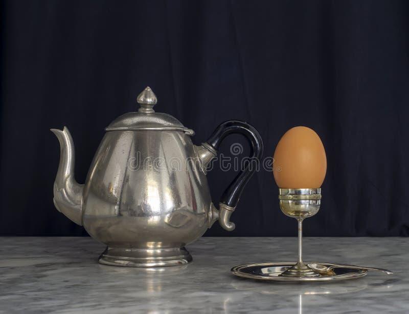 Sterling Silver Eggcup en Zwarte achtergrond van Teapot royalty-vrije stock foto