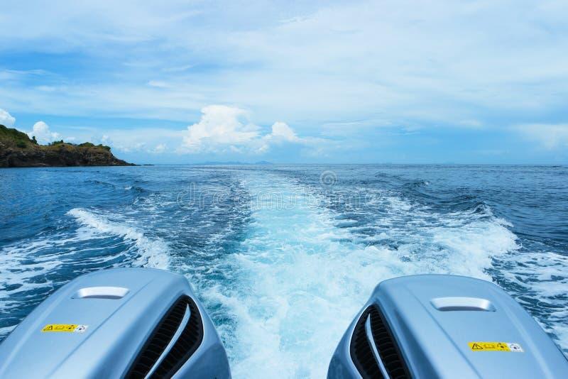 Stern fala z powrotem wielka prędkości łódź z Dwa silnikami zdjęcie royalty free