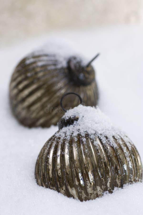 Stern im Silber funkelt im Schnee stockfotografie