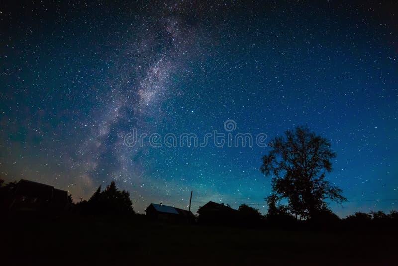 Stern-Milchstraße im nächtlichen Himmel stockfotos