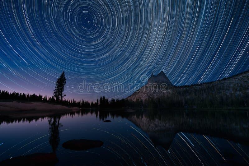 Stern-Spuren über Cathedral See, Yosemite stockfoto