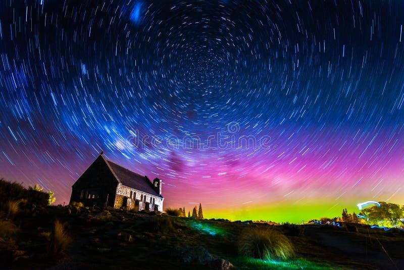 Stern-Spuren und Aurora beleuchten an der Kirche von der gute Hirte lizenzfreies stockfoto