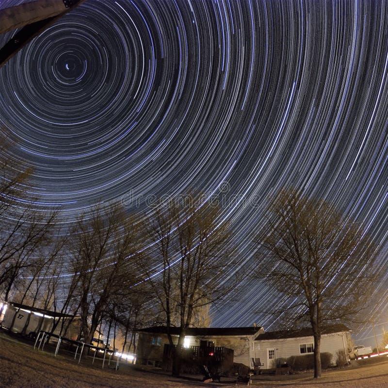 Sternbewegung wird durch Earths Umdrehung und lange Berührung der Kamera verursacht stockbilder