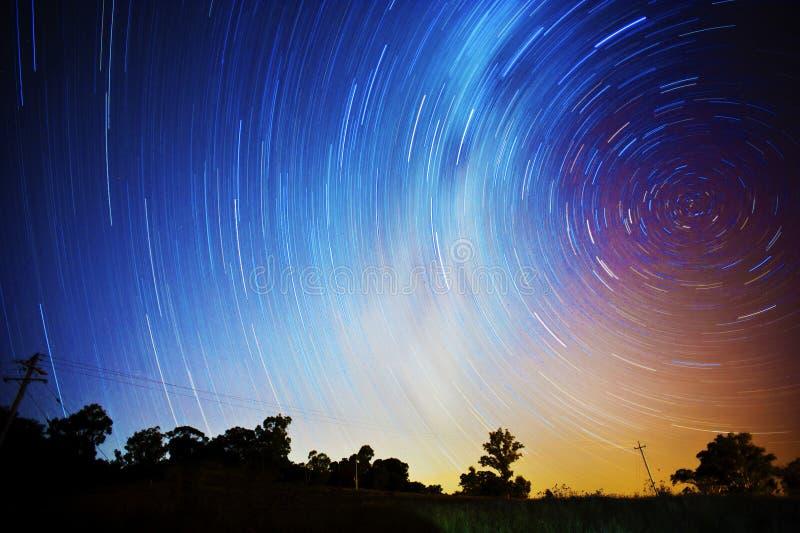 Sternbewegung wird durch Earths Umdrehung und lange Berührung der Kamera verursacht lizenzfreie stockfotos
