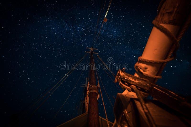 Sterne über den Masten und der Spar stockfotos