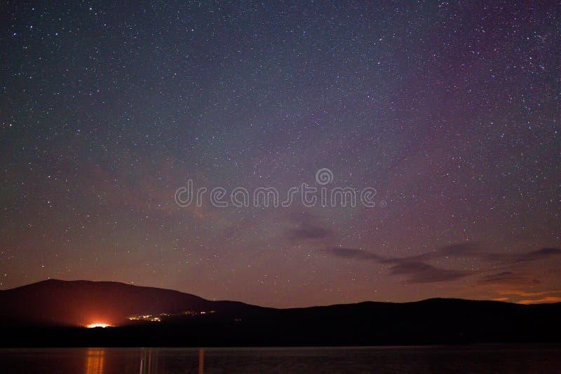 Sterne über einem Gebirgssee stockfotografie
