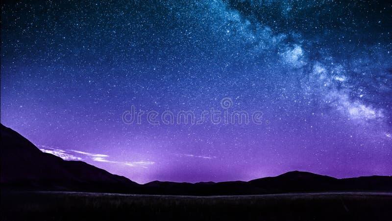 Sterne des nächtlichen Himmels mit Milchstraße über Bergen Italien stockbilder
