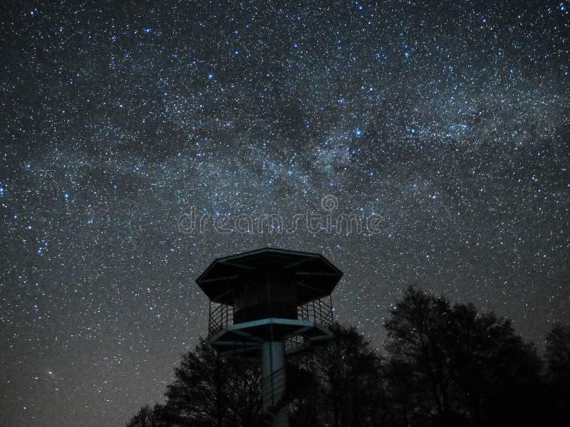 Sterne des nächtlichen Himmels und der Milchstraße, Ausblick-Turm stockfotos