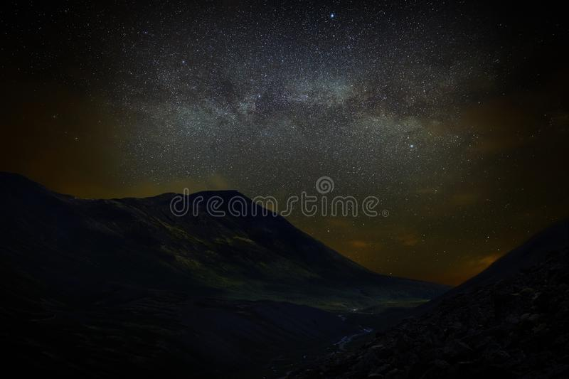 Sterne im nächtlichen Himmel über den Bergen Ansicht der Milchstraße stockbilder
