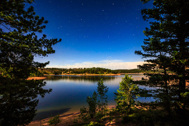 Sterne und See durch Mondschein am Wall-Reservoir stockbilder