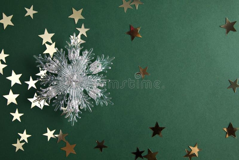 Sterne und Weihnachtsschneeflocke auf Grün lizenzfreie stockfotos