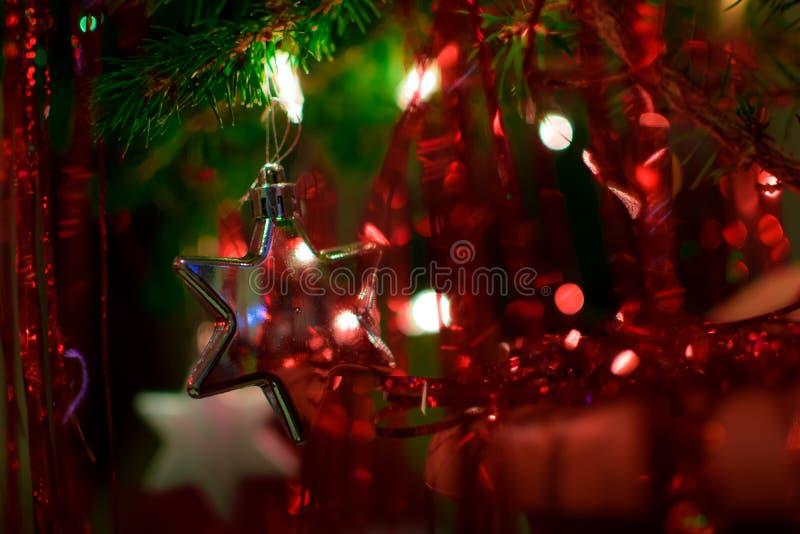 Sterne unter dem Weihnachtsbaum stockfotos
