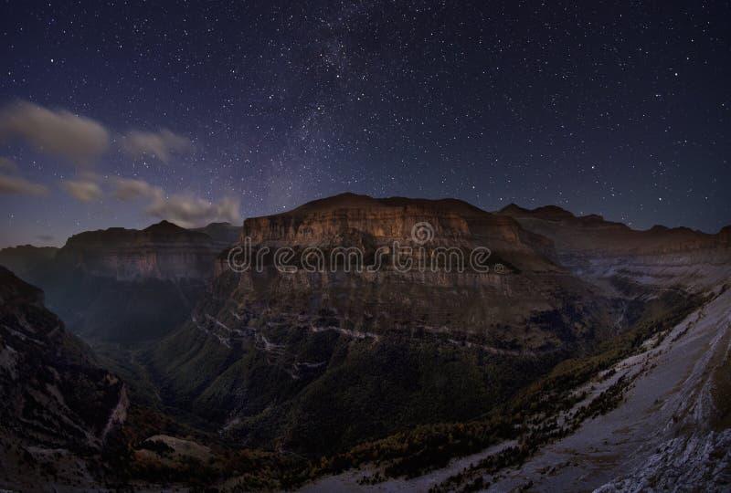 Download Sternenklare Berge stockbild. Bild von ansicht, landschaft - 27727531