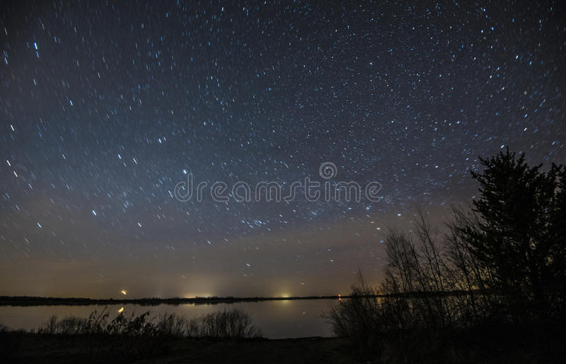 Sternenklare Nacht über dem See lizenzfreie stockfotografie