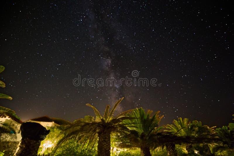 Sternenklare Nacht, mit dem Fluss der Milchstraße lizenzfreie stockfotos