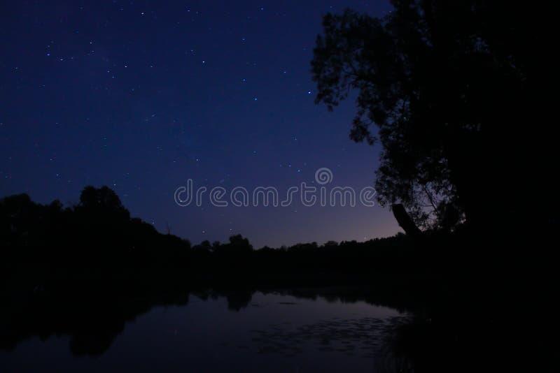 Sternenklarer Himmel über dem Voronezh-Fluss lizenzfreie stockfotos