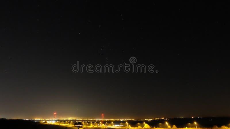 Sternenklarer Himmel über humber Brücke nachts lizenzfreie stockfotos
