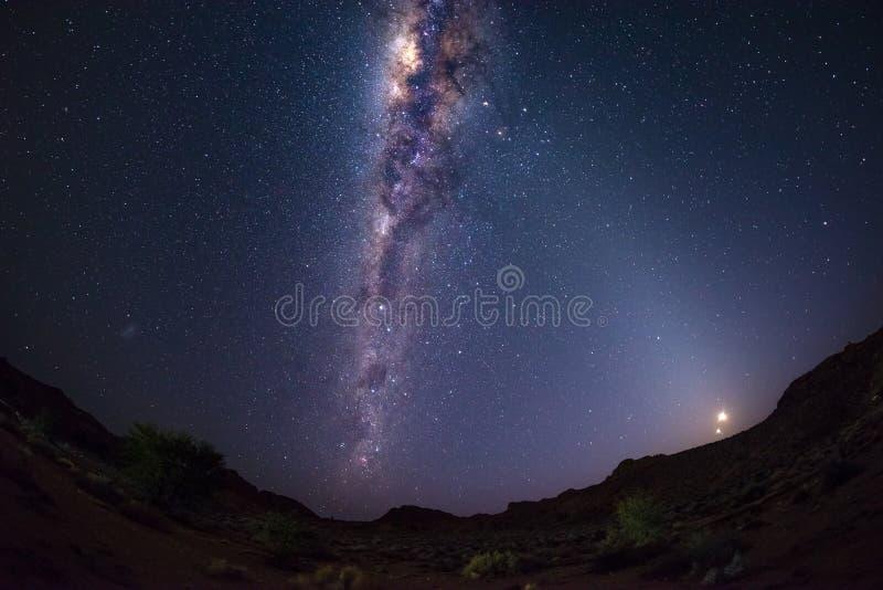 Sternenklarer Himmel und Milchstraße wölben sich mit Mond in der Namibischen Wüste in Namibia, Afrika Die kleine Magellanic-Wolke lizenzfreie stockfotos