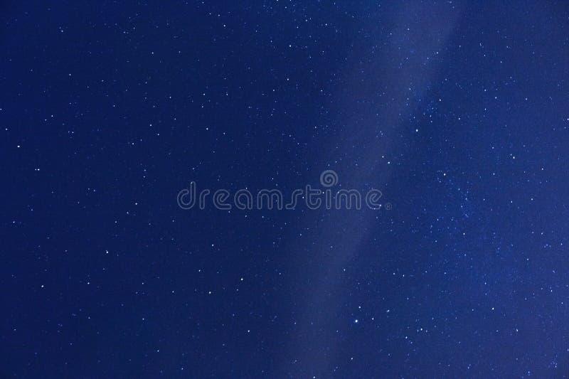 sternenklarer kosmischer Himmel nachts - Astrologie-, Kosmos- und Astronomiehintergrundkonzept lizenzfreies stockfoto