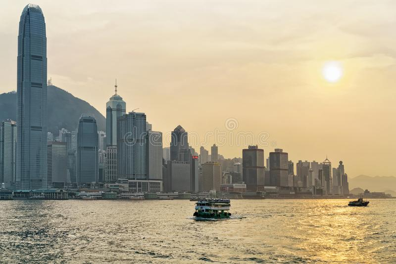 Sternfähre im goldenen Sonnenuntergang Victoria Harbor Hong Kong-Skyline lizenzfreies stockfoto