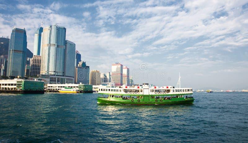 Sternfährereiseflüge ruhig unter Hong- KongSkylinen lizenzfreies stockbild