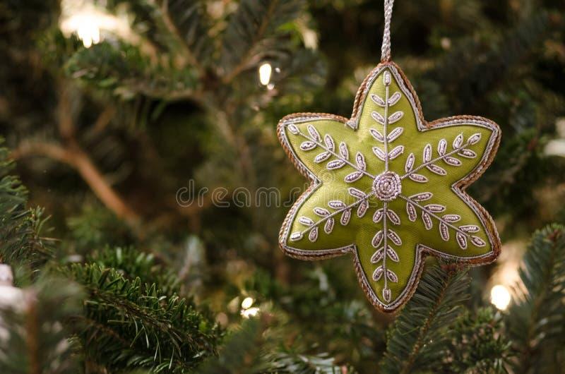 Sterornament op Kerstboom stock fotografie