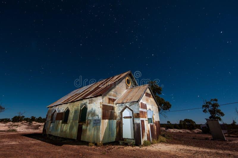Sterren boven de maanbeschenen roestige oude kerk in Bliksem Ridge Australia stock fotografie