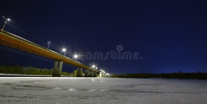Sterren in de nachthemel boven verlichte autobrug royalty-vrije stock afbeeldingen