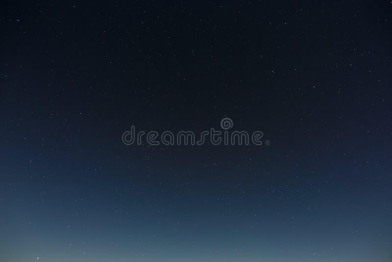 Sterren in de nachthemel Kosmische ruimteachtergrond met de gefotografeerde volle maan royalty-vrije stock afbeeldingen
