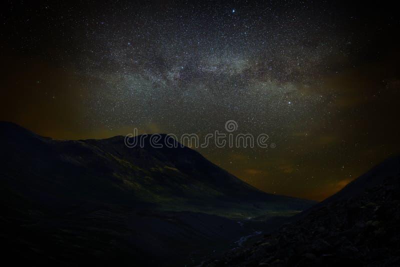 Sterren in de nachthemel over de bergen Mening van de Melkweg stock afbeeldingen