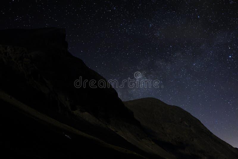 Sterren in de nachthemel over de bergen Mening van de Melkweg royalty-vrije stock fotografie