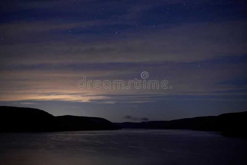 Sterren en Wolken boven Meer in Bergen royalty-vrije stock afbeeldingen