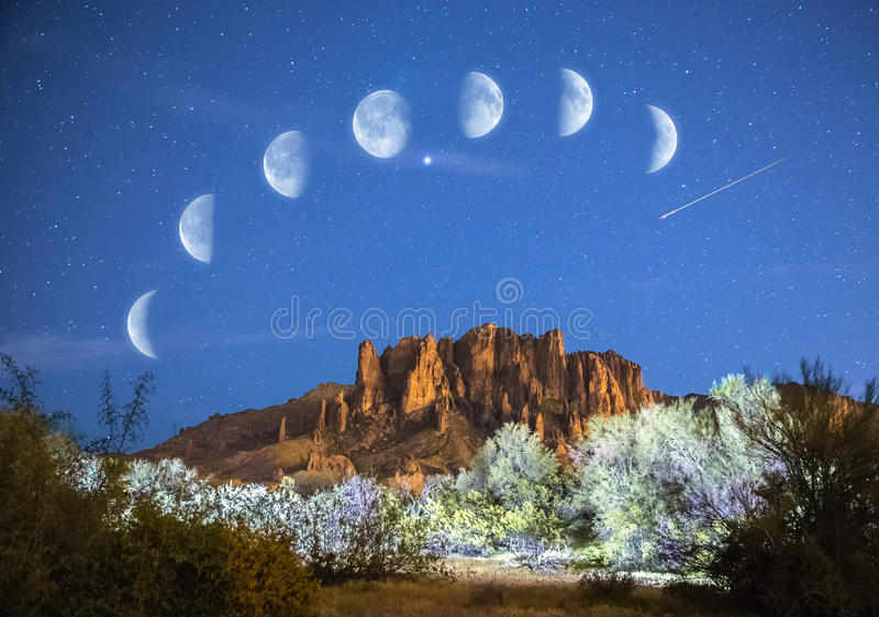 Sterren & Maanfasen over Bijgeloofbergen in Arizona stock foto