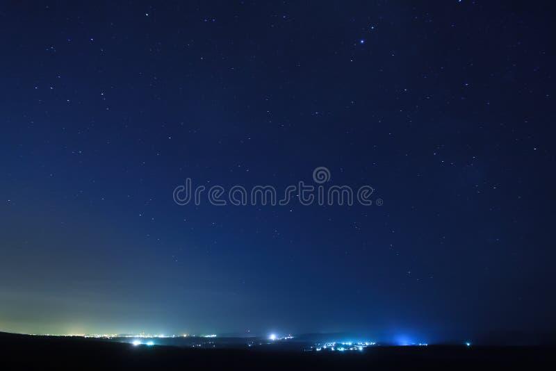 Sterren over de stad bij nacht. stock afbeeldingen