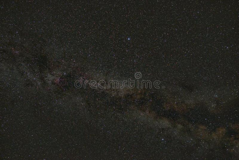 Sterren van de Melkweg in de hemel bij nacht Kosmische ruimte met een deel van de melkweg Gefotografeerd met een lange blootstell royalty-vrije stock fotografie