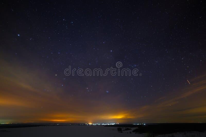 Sterren van de nachthemel met wolken Sneeuw de winterlandschap stock foto