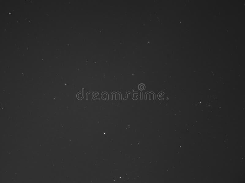 Sterren in zwarte hemel stock foto's
