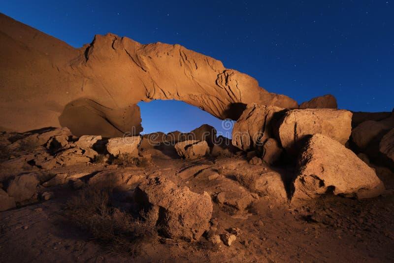 Sterrig nachtlandschap van een vulkanische Rotsboog in Tenerife, Cana royalty-vrije stock foto