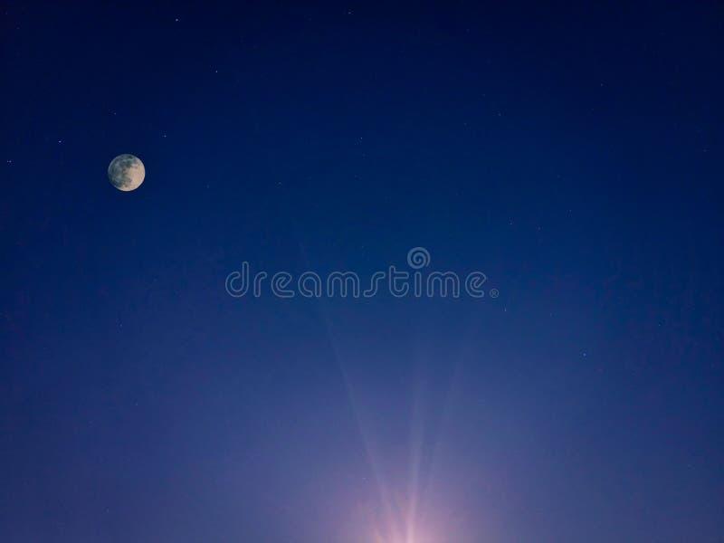 Sterrige dageraadhemel met volle maan stock foto's
