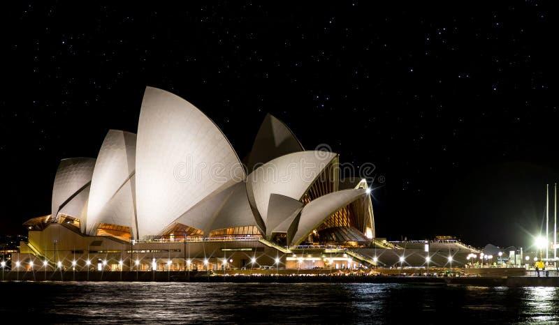 Sterrige die nacht van Sydney Opera House wordt geschoten op 2 Oktober 2013 wordt genomen stock afbeelding