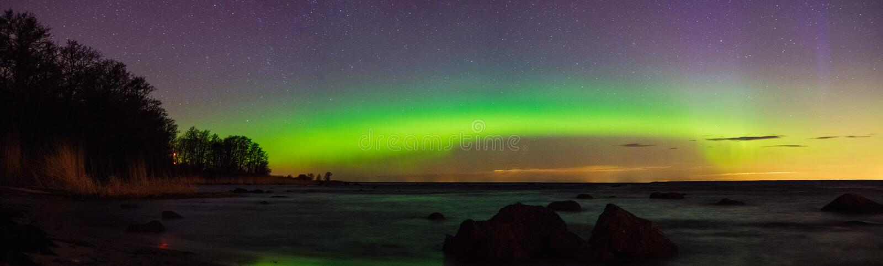 Sterrige hemel en aurora borealis over overzees royalty-vrije stock afbeeldingen