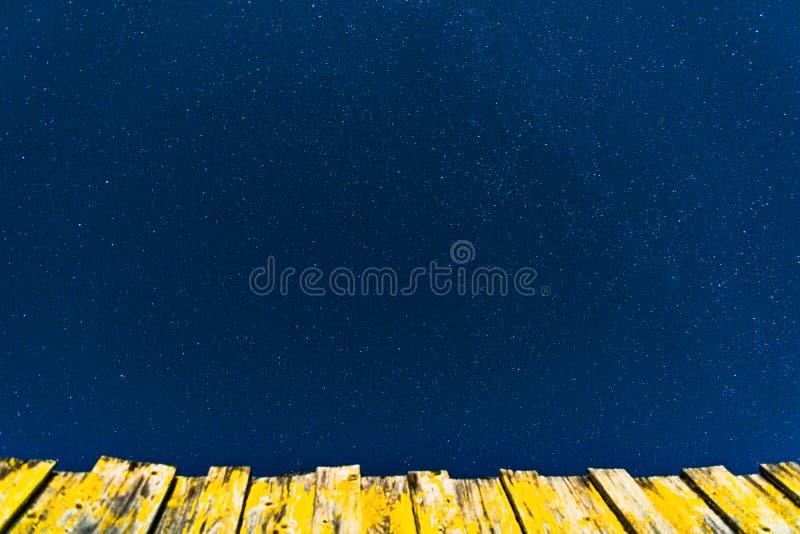 Sterrige hemel en gele houten omheining royalty-vrije stock foto